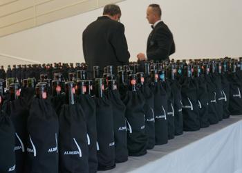 ピエモンテでは、こんな風に黒い袋に入れて目隠しされたワインを試飲した