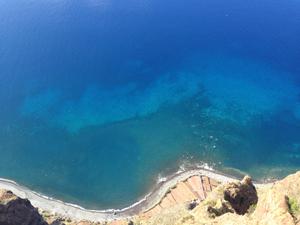 もしかしたら、このままiPhoneを落としてしまうのでは? と手を振るわせながらも断崖絶壁の上から撮った青い海。